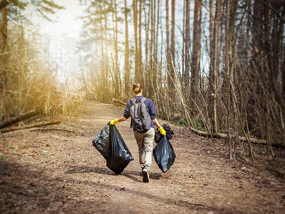 Plogging, recogida de basura en el campo | Imagen: El Confidencial – Proyecto LIBERA